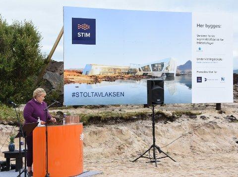 STERK KRITIKK: Vestvågøy kommune burde aldri gitt dispensasjon til at Nordly Eiendom fikk bygge i Storeideøya, mener statsforvalteren. Statsminister Ena Solberg la ned grunnsteinen i august i fjor. Foto: Rune Andreassen