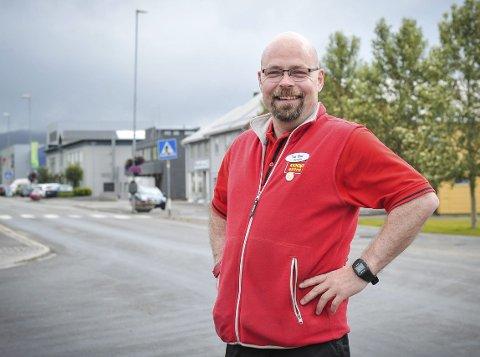 Tor Olav Eidem synes at det er underlig at flagget til Gravdal opp og fram er forsvunnet. Heldigvis har flere stilt sine flagg til disposisjon.