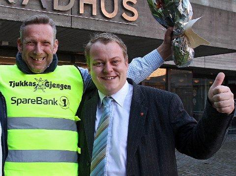 Tommelen opp: Jan Ellefsen (t.v.) og Erlend Wiborg.  Foto: Geir Hansen