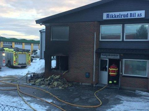 BRANN: Etterslukkingen etter brannen i Mikkelsrud Bil pågikk utover tirsdag morgen. Foto: Øivind Lågbu