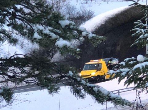 GLATT: En bil måtte berges etter en trafikkulykke ved Eidettunnelen fredag morgen. Politiet advarer om glatte veier på E6.