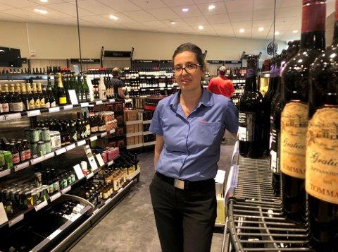 SALGSVEKST: Fungerende butikksjef ved Vinmonopolet på Rygge storsenter forteller at butikken fremdeles merker koronaeffekten.