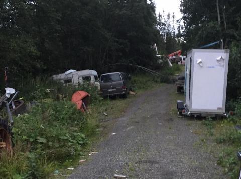 SKROTSAMLING: En mann har tipset Trondheim kommune om hva han anser som en farlig samling skrot på en privat eiendom i Klæbu. Eiendommen er nær flere eneboliger.