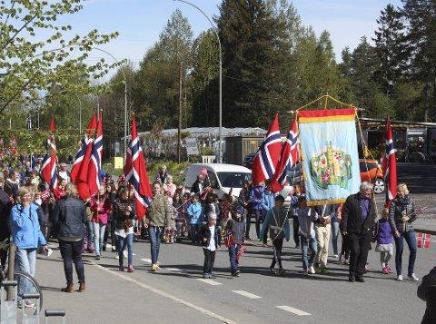 FØRST: Karlsrud skoles fane ble båret først i 13. mai-toget på Lambertseter. Alle foto: Arne Vidar Jenssen