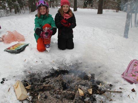 VED BÅLET: Godt å ha et lite bål å varme seg ved etter en stund på isen på Bøler, synes Sigrid og Aurora. Foto: Arne Vidar Jenssen