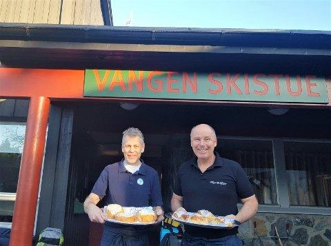 VANGEN: Frank Westlie (t.v.)  og Roy Knudsen på Vangen skistue selger betydelig færre boller enn de pleier om vinteren, men har likevel besøk av turgåere hver dag og klager ikke.