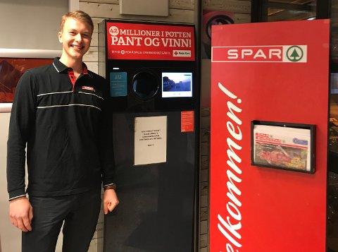 KULT: Oscar Skøien Halldin (på bildet) var på jobb på Spar Kastellet da en kunde vant én million kroner på pantelotteriet. - Det er kult at det skjedde på nærbutikken her, sier han.