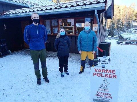 TO KIOSKER: På Rustadsaga sportsstue skal de til helgen holde to kiosker åpne slik at folk får spredt seg mest mulig. Fv: Emil, Marte og daglig leder Sissel.