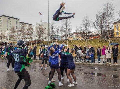FOLKETOG: Selve bildet på Tromsøs mangfold av lag, foreninger og folkeslag får man i folketoget som marsjerer fra 16.30.