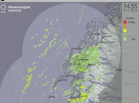 SNØBYGER: Her kan du se snøbygene som beveger seg nordover mot Tromsø.