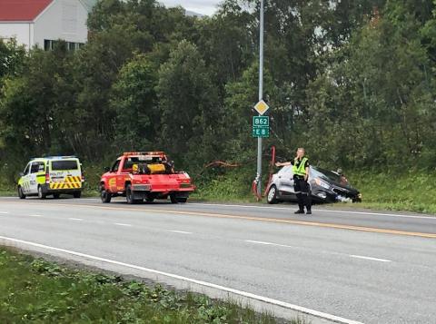 I GRØFTA: Her ligger kvinnens bil i grøfta like ved avkjørselen til Mortensnes. I retten forklarte hun at hun mistet synet av veien da hun fikk et nyseanfall.