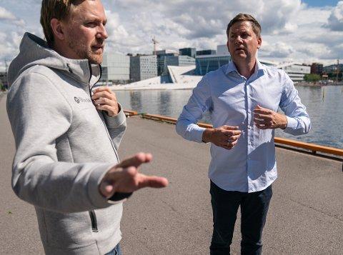 Konsernsjef i Hurtigruten Daniel Skjeldam (til høyre) og kommunikasjonssjef i Hurtigruten, Rune Thomas Ege, utenfor Havnelageret i Oslo i forbindelse med koronoautbrudd på Hurtigruten.