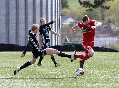 Steffen Hjelmtvedt og Håvard Gramm Myhre i kamp om ballen i fjorårets nabobatalje mellom FK Toten og Kolbu/KK. Nå møtes lagene igjen i cupen.