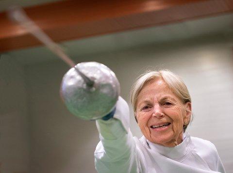 Lisa Doblaug har drevet med fekting siden hun flyttet til USA for flere tiår siden. En dag i uka pendler hun fra Follebu til Gjøvik for å trene.