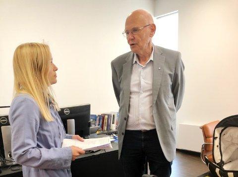 MØTTE ORDFØREREN: Marianne Sundlisæter Skinner med Evie på armen troppet opp hos ordfører Bjørn Iddberg i Gjøvik for å overlevere mer enn fire hundre underskrifter mot sommerstengning av fødeavdelingen. Følgelig blir dette en sak for kommunestyret.