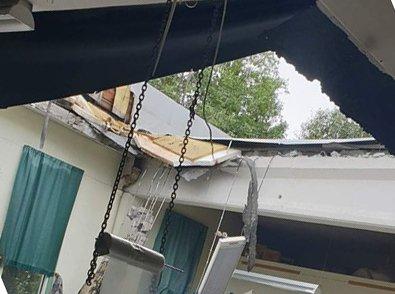 TAKRAS: Vannmasser fikk taket på Stormark på Dokka til å rase inn.