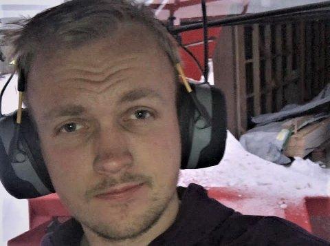 FIKK IKKE SVAR: Ole Martin Opheimsbakken har så langt ikke fått svar fra Statens vegvesen, etter at han kjørte sund bilen sin i et asfalthull på E16 i Valdres. FOTO: PRIVAT