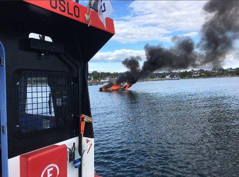 SLUKNING: Varmen var så intens at mannskapet på RS Elias ikke kunne slepe båten inn på grunnere vann med en gang.