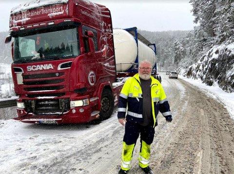 Petur Magnusson står fast i Skarphella onsdag formiddag. Beringsbil er på vei.,