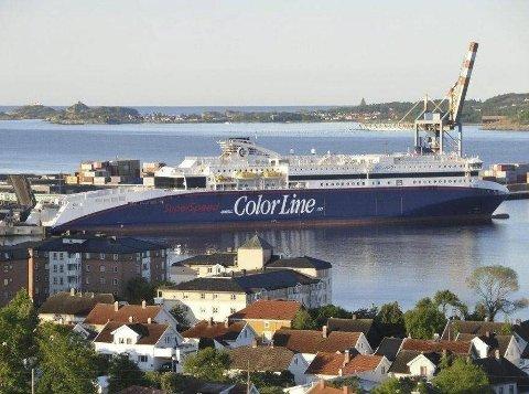 Superspeed 1 blir i dag liggende på været i Larvik havn.
