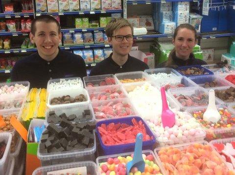 STORSALG AV SMÅGODT: Ole, Marcus og Hege hos Rema 1000 i Larvik merker pågangen av kunder som vil sikre seg billig smågodt.