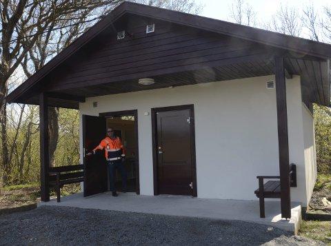 Fornøyd: Sune Hansen i Larvik kommune viser stolt fram det nye toalettanlegget ved Rakke. Foto: Bjørn-Tore Sandbrekkene