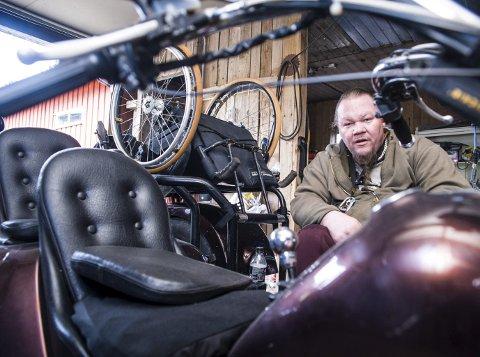 1 Terry Bob Gabo ser få begrensninger trass i sitt handikap. Her klargjør han motorsykkelen for sommmersesongen. 2 Gabo har også dykkersertifikat og har arrangert dykkerturer til Malta for andre handikappede. 3 Terry overlevde, og har beholdt saken og den vel dramatiske overskriften fra Sandefjords Blad  fra mai 1986. 4 Å bli plassert på Nygård sykehjem etter opptrening på Sunnaas sykehus var tøft, innrømmer Terry. 5 Terry Gabo går på de fleste oppgaver med dødsforakt. Nå skal hekken ned og sola inn på verandaen. Foto: Nils-Erik Kvamme