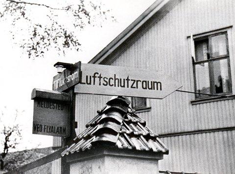 SIVILFORSVARET. Skilt som disse fantes flere steder i byen under krigen. Denne samlingen sto ved bryggeriets inngang mot Nansetgata og viste på norsk og tysk til offentlig tilfluktsrom og meldested ved flyalarm.