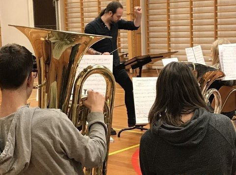 DIRIGENT: Henrik Kaupang er en av dirigentene hos Østre Halsen.