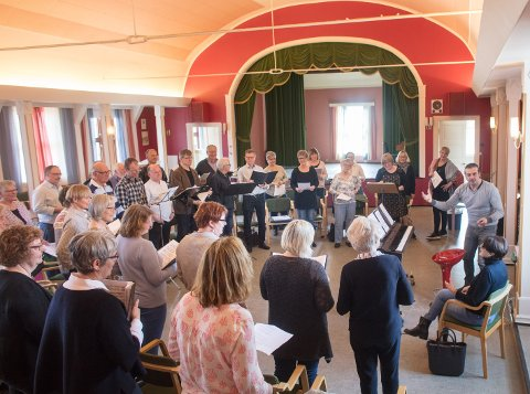 FORSTERKET: Tjølling sangforening stiller litt forsterket i Larvik kirke og med Massimiliano Viapianosom dirigent.