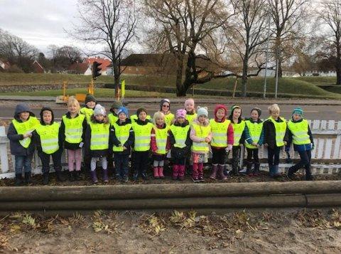 REFLEKSER: Alle ungene på Stavern skole fikk egne refleksvester denne uken. Her er det en klasse som viser seg fram.