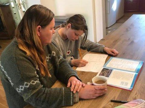 HJEMME: Kathrin Myrdam (53) og datteren Charlotte lurer på hvorfor hun får fravær når broren ikke får det.