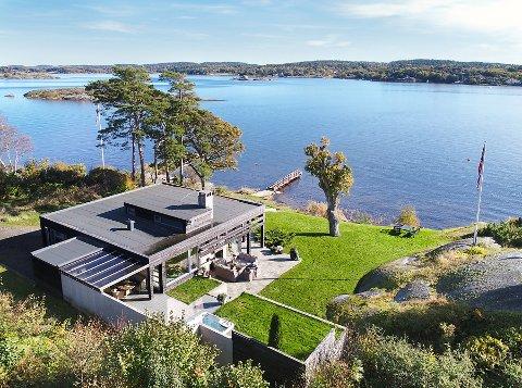 MÅ DEN RIVES? 15,5 millioner betalte John Markus Lervik for denne hytta på Lamøya. Fortsatt er det uklart om hytta må rives for å rette opp ulovligheter eller ikke.