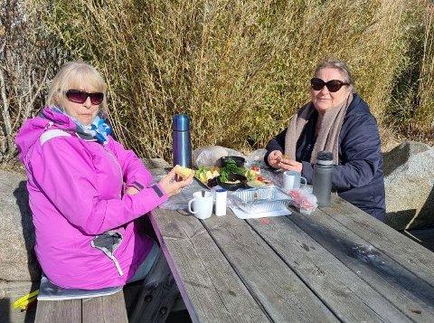 FORNØYD: En lunsj i sola ble en skikkelig opptur for Bente Eng og Lisbeth Borgersen Jensen.