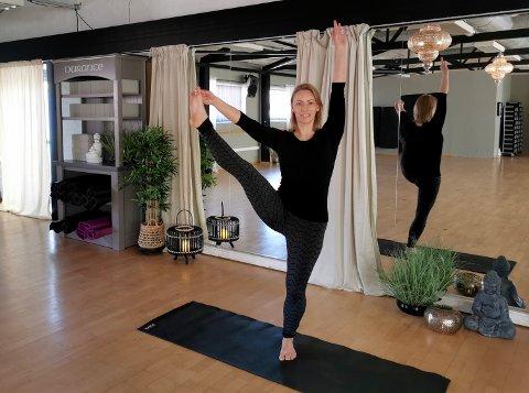 STØRRE BEHOV: Yogainstruktør Elisabeth Sørum ved Family Sports Club har sett at flere søker mot yoga i koronatiden. Hun tror det kommer til å bli en skikkelig oppblomstring i yogaaktivitet når retningslinjene tillater oss å trene sammen igjen.