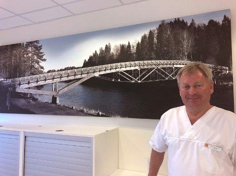 GIR SEG: Mangeårig tannlege i Svarstad Ragnar Rønning Hansen nærmer seg sin siste rotfylling.