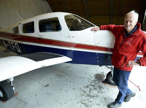 MED LIDENSKAP: Svein Birkeland (80) fra Elverum elsker å fly. Etter nærmere 40 år med seilfly og mikrofly har han nå også tatt sertifikat på motorfly.
