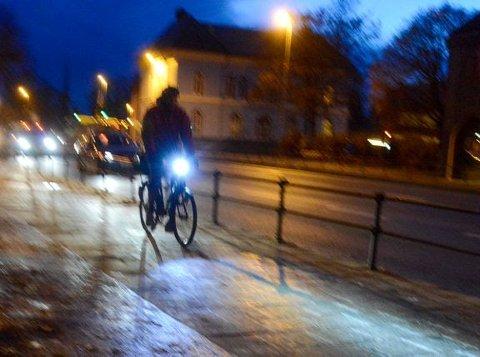 VIKTIG: Hvert år skades mange syklister i trafikken. Noen av dem som følge av at de er lite synlige i mørket. Foto: Knut Opeide