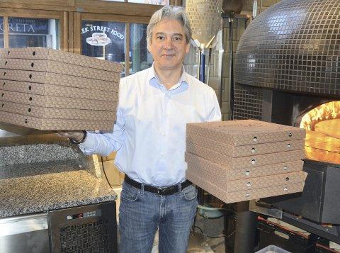 VANVITTIGE MENGDER: Salvatore Putzu på Il Teatro har regnet ut at han siden oppstarten har solgt vanvittige 24 000 pizzaer og han er veldig glad for og fornøyd med mottakelsen han har fått i Hamar.