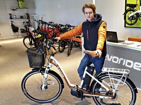 En revolusjon: Hans Edvard Meen Fosaas mener det er mange gode grunner til å kjøpe seg en el-sykkel. Foto: Arne Johan Furseth