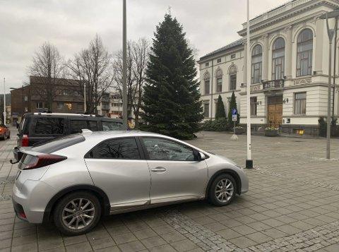 MIDLERTIDIG: Statens vegvesen har påpekt at parkeringen på Rådhusplassen ikke var i henhold til retningslinjene.  Det er ordnet nå, ifølge kommunen.