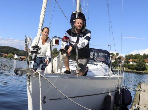Etterlyser trebåt: Svein og Karina Eriksen ble påkjørt av det de beskriver som en 24 fot stor trebåt med innenbordsmotor. Mennene stakk av etter hendelsen.
