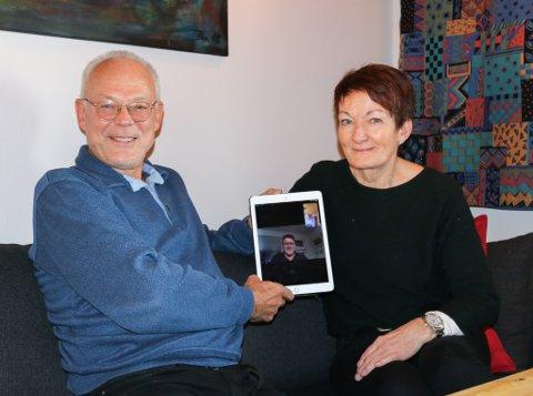 Dag Oddvin Sætran, Hugo Antonsen, og Randi Erlandsen er samlet til et komitémøte hjemme hos Sætran. Antonsen bor ikke lenger på Mo, men er til stede over iPaden.