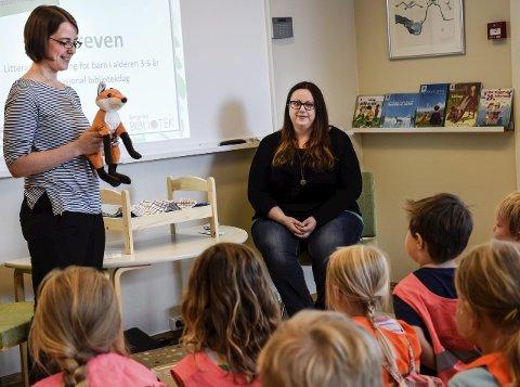 """Biblioteksjef Astrid Bonilla (t.v.) og barne- og ungdomsbibliotekar Eva Karoline Strand, leste for barna i Blåbærskogen barnehage. """"Bokreven"""" var også med!"""