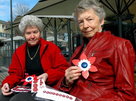 JUBILANT: Lillann Aslaksrud (t.v.) og Eva Hella gjør seg klar for å selge Maiblomsten i 2009, 100 år etter at den første gang kom til Norge.