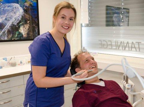 KLAR: Her er det Håvard Mandt, daglig leder hos Tannlegekompaniet, som får prøve seg som pasient. Ronja Sandum (26) er klar til å ta imot pasienter fra 2. mars.