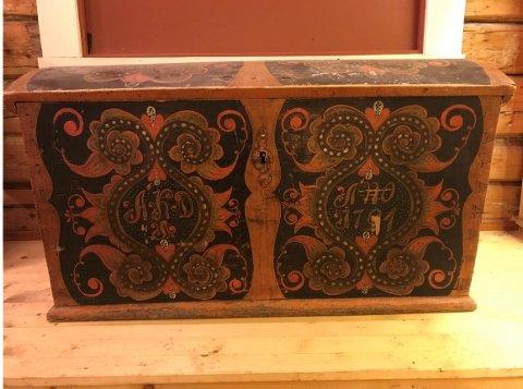 HISTORIE: Denne kista var Barbro Øysteinsdotter Skavlebø( 1887 - 1966) sin kjæreste eiendel.
