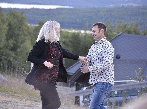 Svingom: Vokalist Anne Nymo Trulsen tar seg en svingom med  platedirektør Frode Rolandsgard.
