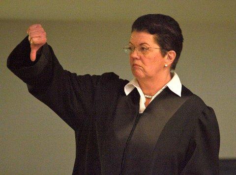 STAVANGER 20070119 Ellen Holager Andenæs. forsvarer for Thomas Thendrup, fotografert i retten etter at  juryens frifinnelse av hennes klient ble satt til side i Nokas-saken. Andenæs vender tommelen ned. Foto: Alf Ove Hansen / SCANPIX