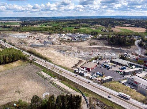 ARKIVBILDE: 196 dekar er næringsområdet som Bulk Infrastructure nå utvikler på Lindeberg i Sørum. Området ligger mellom E6 og Hovedbanen/Gardermobanen. Bulk eier allerede industriområdet midt på bildet i bakgrunnen, tidligere Farex fabrikker. Dette bildet er fra mai 2019. Foto: Vidar Sandnes